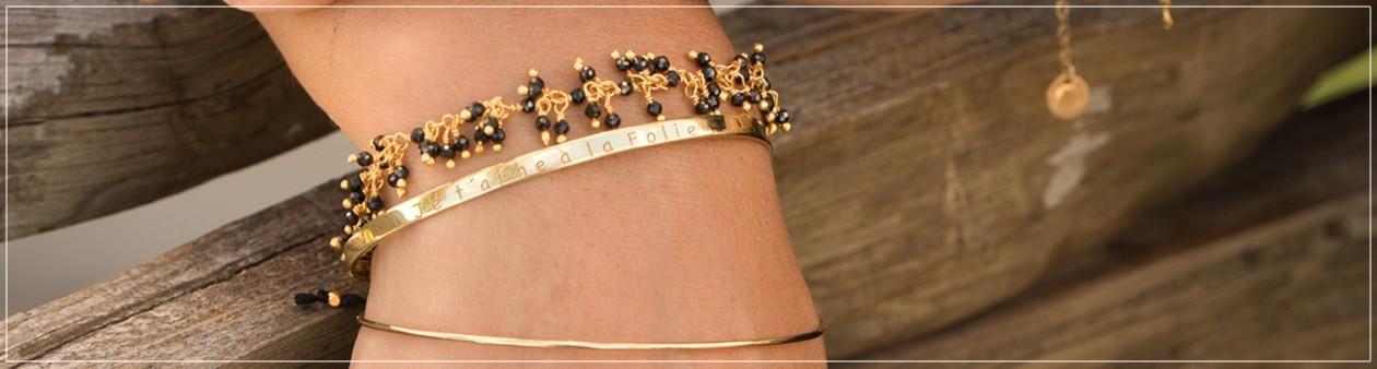 Bracelets dorés à l'or fin et ornés de pierres semi-précieuses.